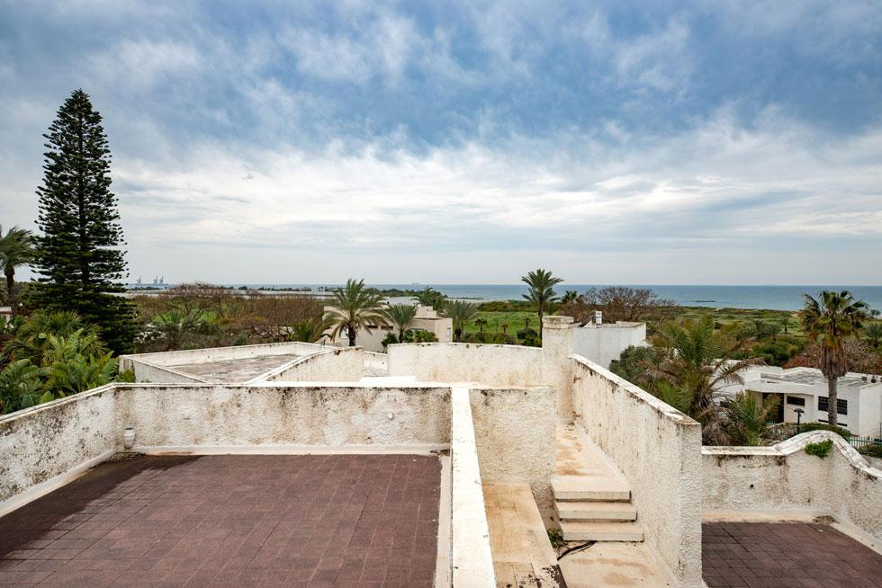 בגג תכנן האדריכל מרחב מרוצף עם ספסלים בנויים ומפלסים שונים, המאפשרים לערוך אירועים ולהשקיף אל הנוף המרהיב (צילום: אילן נחום )