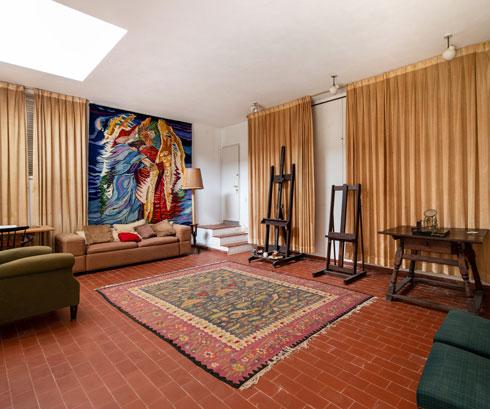 עבודה תנכ''ית גדולה של ראובן, על קיר הסטודיו שמעל הסלון (צילום: אילן נחום )