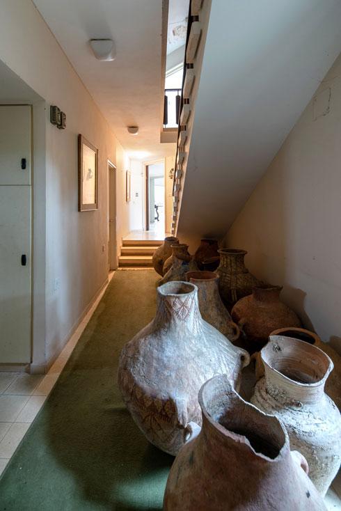 ברחבי הבית פריטים עתיקים רבים, ביניהם כדים גדולים וקטנים. כאן בתמונה: למרגלות המדרגות, באגף חדרי השינה (צילום: אילן נחום )