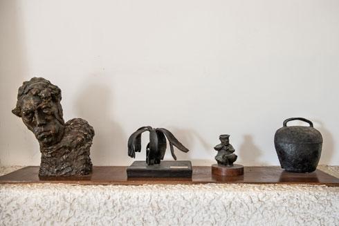 פסל הראש משמאל הוא פורטרט עצמי של ראובן הצעיר. על הפגז המבוקע יש הקדשה מרחבעם זאבי (צילום: אילן נחום )