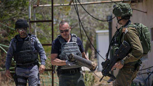 Осмотр ракеты, упавшей на юге Израиля. Фото: AP