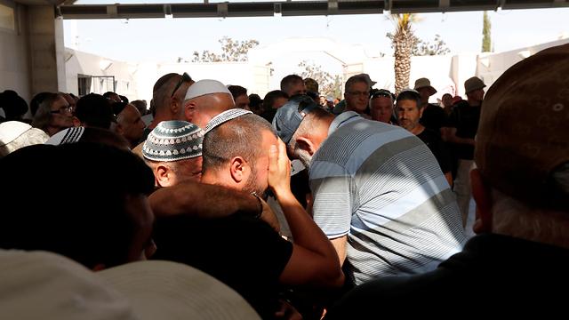 הלווייתו של משה אגדי ההרוג מירי הרקטה באשקלון (צילום: רויטרס)