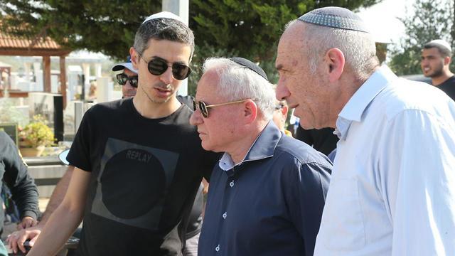 מוטי יוגב ואבי דיכטר בהלווייתו של משה אגדי ההרוג מירי הרקטה באשקלון (צילום: מוטי קמחי)