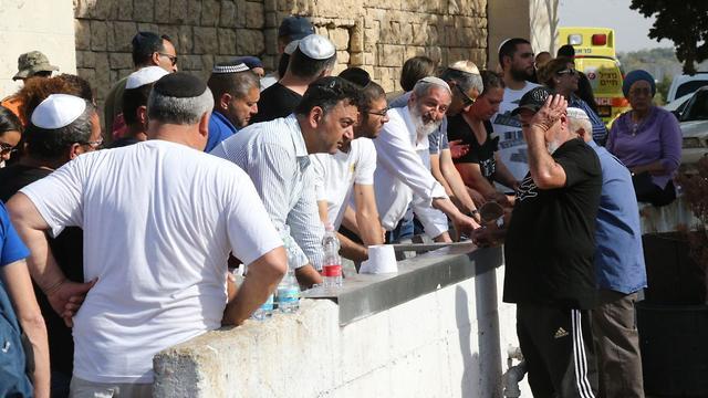 הלווייתו של משה אגדי ההרוג מירי הרקטה באשקלון (צילום: מוטי קמחי)