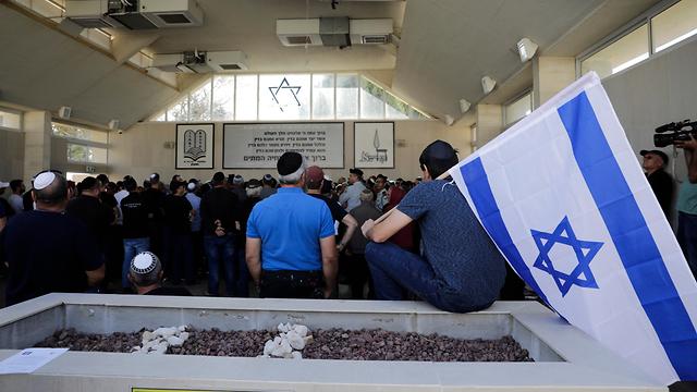 הלווייתו של משה אגדי ההרוג מירי הרקטה באשקלון (צילום: AP)