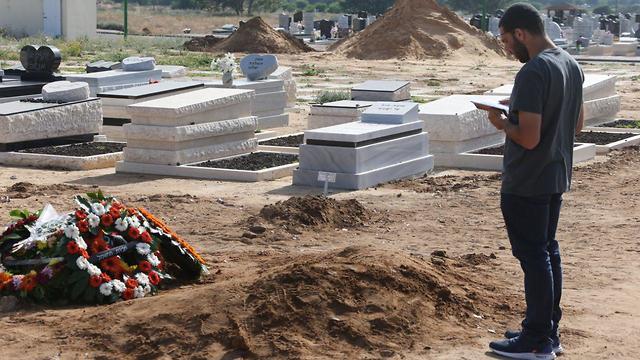 חלק הקבר של משה אגדי ההרוג מירי הרקטה באשקלון (צילום: מוטי קמחי)