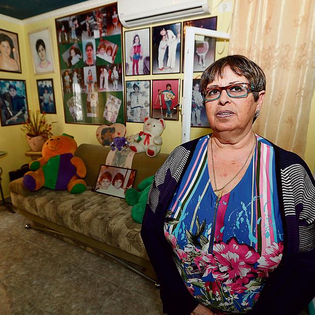 """""""אני רק מסדרת את הבגדים, לא יותר"""". טטיאנה פולונסקי בחדר של בתה כוכי   צילום: גדי קבלו"""