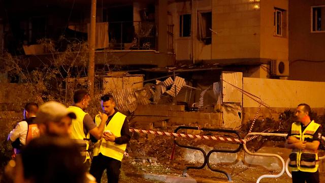 На месте падения ракеты в Ашдоде. Фото: AFP (Photo: AFP)