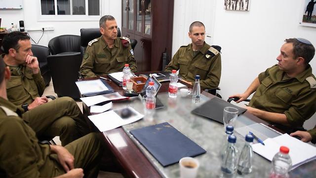 Начальник генштаба ЦАХАЛа генерал-лейтенант Авив Кохави проводит оперативное совещание с командованием Южного военного округа. Фото: пресс-служба ЦАХАЛа
