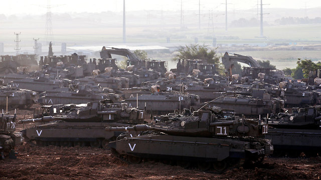 Israeli troops mass at Gaza border amid ceasefire reports (Photo: Reuters)