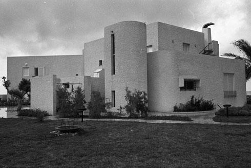 הבית בשנות ה-70. תוכנן בהשראה ים תיכונית, וגם של אדריכלים כמו לה קורבוזיה (צילום: דוד רובינגר)