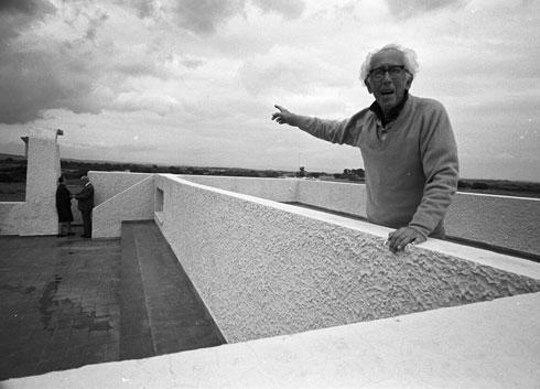 ראובן רובין על גג הבית (צילום: דוד רובינגר)