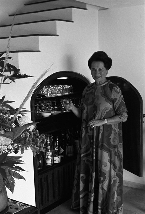 אסתר רובין בפתח בר המשקאות שמחת למדרגות (צילום: דוד רובינגר)