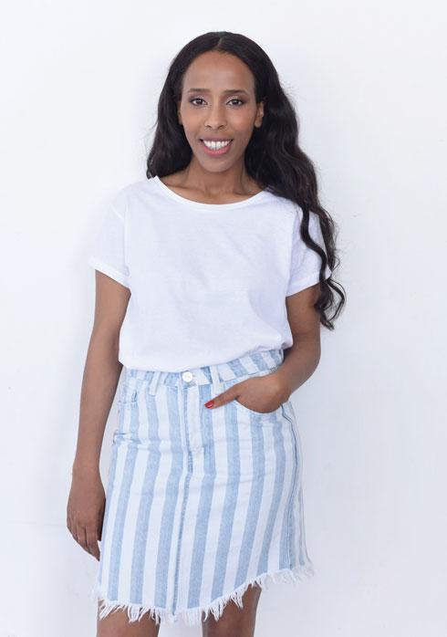 הגרסה החגיגית לג'ינס וטי־שירט במקום ג'ינס: חצאית (טי־שירט, 30 שקל, תמנון. חצאית, 100 שקל, רנואר) (צילום: עדו לביא, סגנון: תמי ארד-ברקאי)