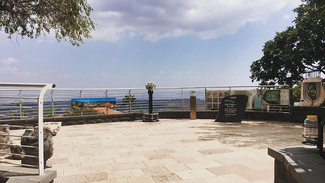 מצפה ממנו נשקף נוף הררי (צילום: roshpina.org)