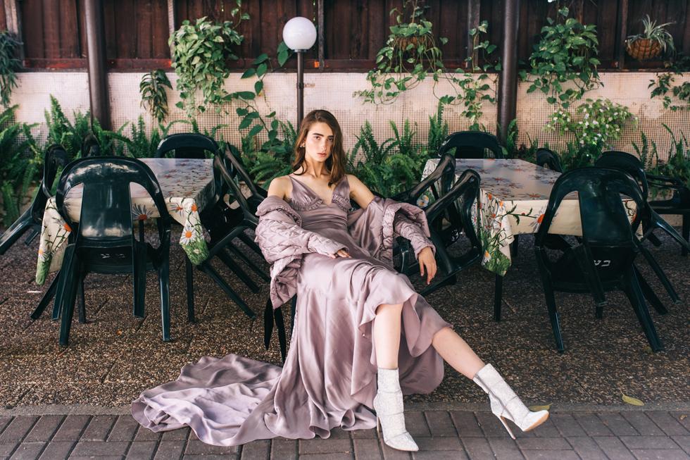 שמלה ומעיל – פטי פואה | עגילים, לוני וינטג' | נעליים, סטיב מאדן (צילום: עדי סגל)