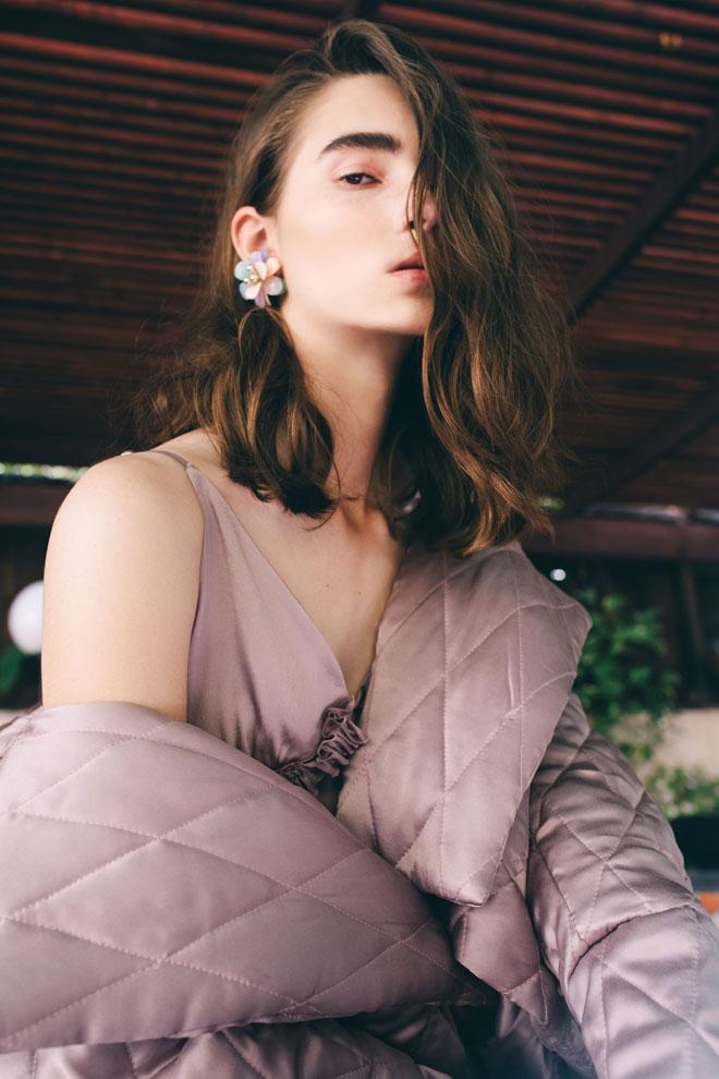 שמלה ומעיל – פטי פואה | עגילים, לוני וינטג'  (צילום: עדי סגל)