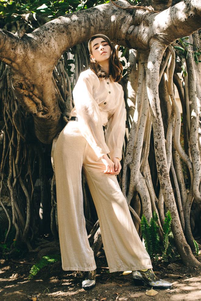 חולצה ונעליים – גאני בבוטיק ורנר | מכנסיים, אניה פליט | קשת ועגילים – לוני וינטג' (צילום: עדי סגל)