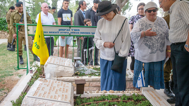 Zachary Baumel's mother Miriam, left, at his grave during the service to mark 30 days of mourning (Photo: Ohad Zwigenberg)