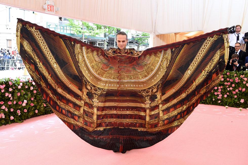 איש התיאטרון ג'ורדן רות' בגלימה תיאטרלית בעיצובה של איריס ון הרפן (צילום:  Jamie McCarthy/GettyimagesIL)