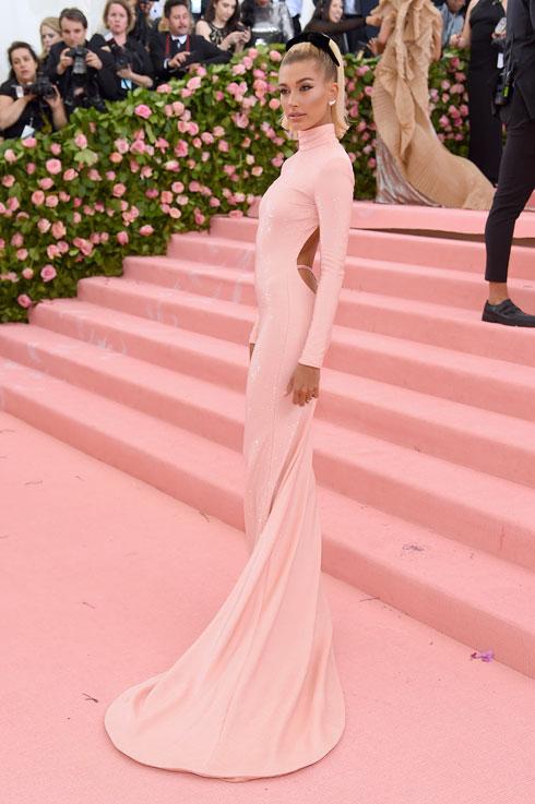 היילי בולדווין-ביבר לובשת אלכסנדר וונג (צילום:  Jamie McCarthy/GettyimagesIL)