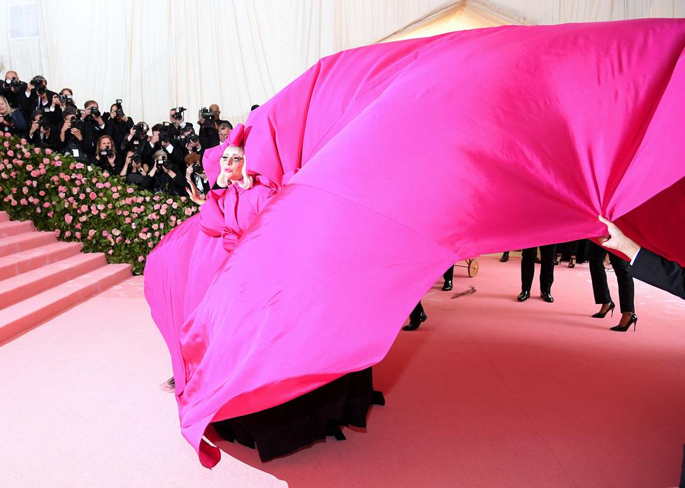ממחדשות הקאמפ במאה ה-21 ואחת המארחות המרכזיות של הערב. ליידי גאגא לובשת ברנדון מקסוול (צילום:  Neilson Barnard/GettyimagesIL)