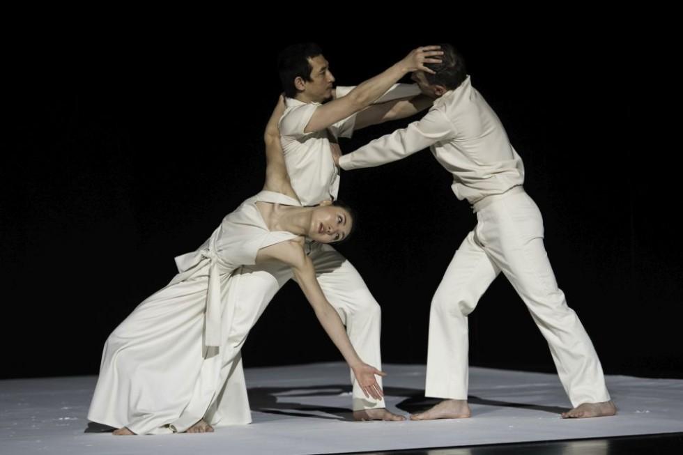 """Сцена из балета """"Continu"""". Фото: Себастьян Болеш"""