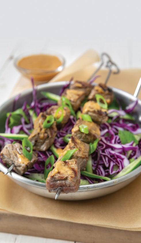 שיפודי בשר ברוטב חמאת בוטנים (צילום: יעל אילן, סגנון: נעמה רן)