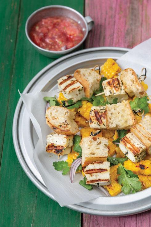 שיפודי גבינת חלומי וג'בטה ברוטב עגבניות טריות (צילום: יעל אילן, סגנון: נעמה רן)