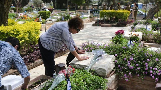 האנשים שמגיעים לבתי העלמין לפני יום הזיכרון- בית עלמין קריית שאול (צילום: מוטי קמחי)