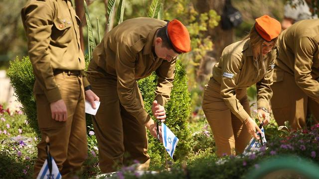 IDF troops at Kiryat Shaul cemetery on the eve of Memorial Day (Photo: Moti Kimchi)