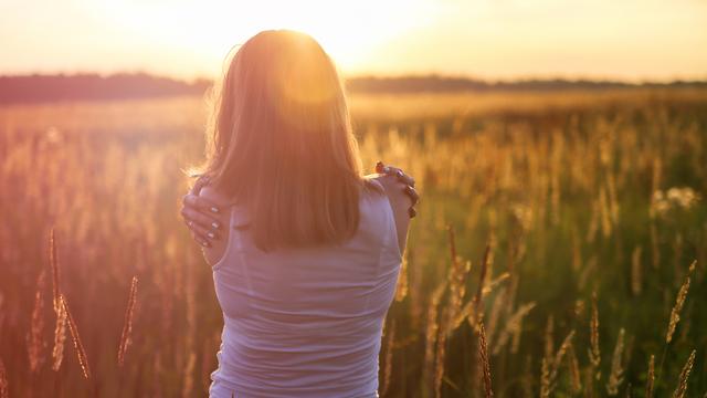 אישה בודדה בטבע (צילום: Shutterstock)
