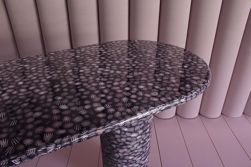 Bethan Gray משלבת מלאכות מסורתיות עם עיצוב עכשווי. בגלריה רוזאנה אורלנדי הציגה רהיטים חדשים ומרהיבים, ביניהם השולחן Pink Scallop Shell