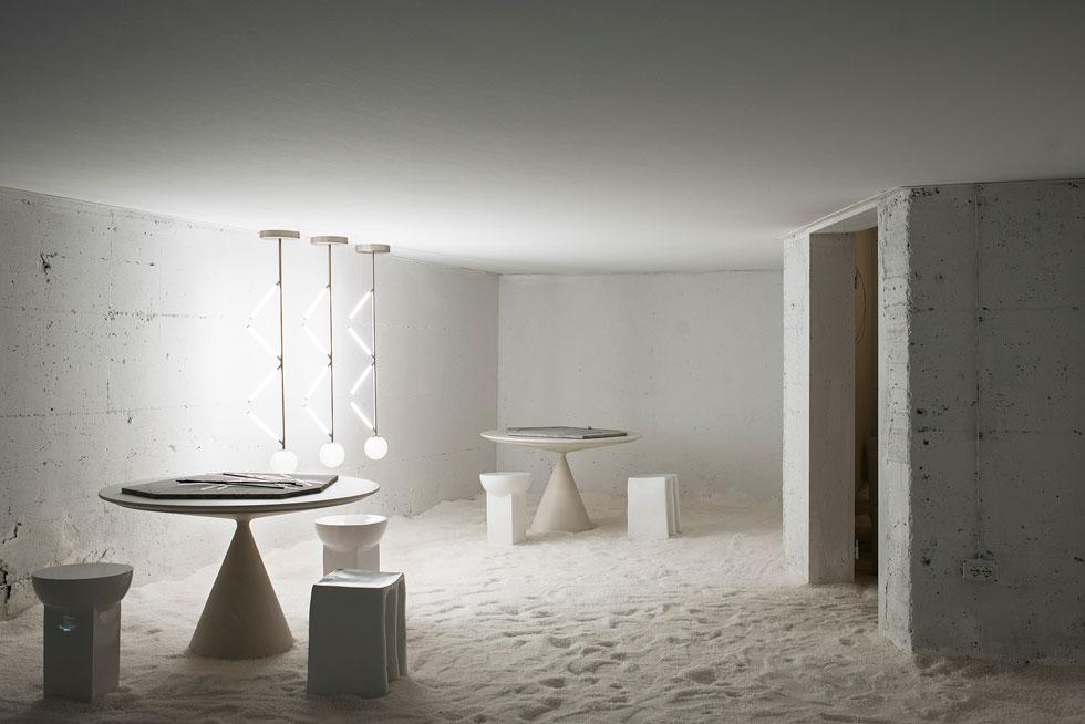 את המיצב Les Arcanistes הציגו מעצבות Studiopepe במבנה שהיה בית חרושת לייצור זהב בתחילת המאה הקודמת. מנורות: Atelier Areti, שרפרפים: Pulpo, שולחן: Desalto (צילום: Giuseppe Dinnella© )