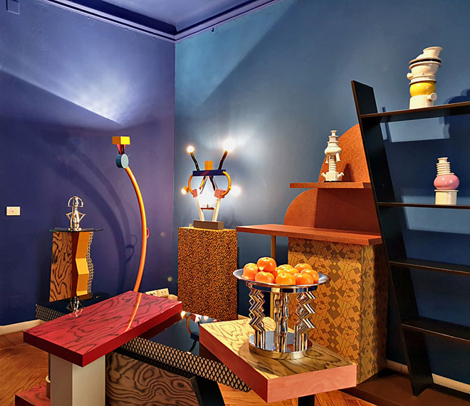באולם התצוגה של Memphis בויה סולפרינו אצר האדריכל Matteo Thun, מחברי קבוצת העיצוב המילנזית המיתולוגית, מקבץ מפריטיה (צילום: סיגל נמיר)