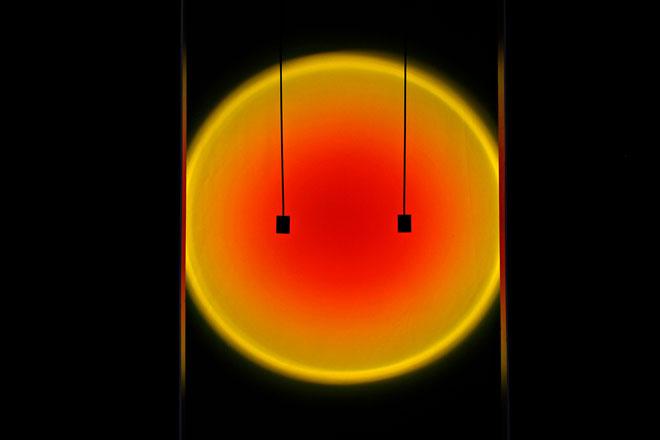סטודיו התאורה המילנזי Mandalaki הציג בגלריה רוזאנה אורלנדי את Halo Sky, נורת לד ומקרן מינימליסטיים, היוצרים על הקיר מגוון שמשות בעת שקיעה