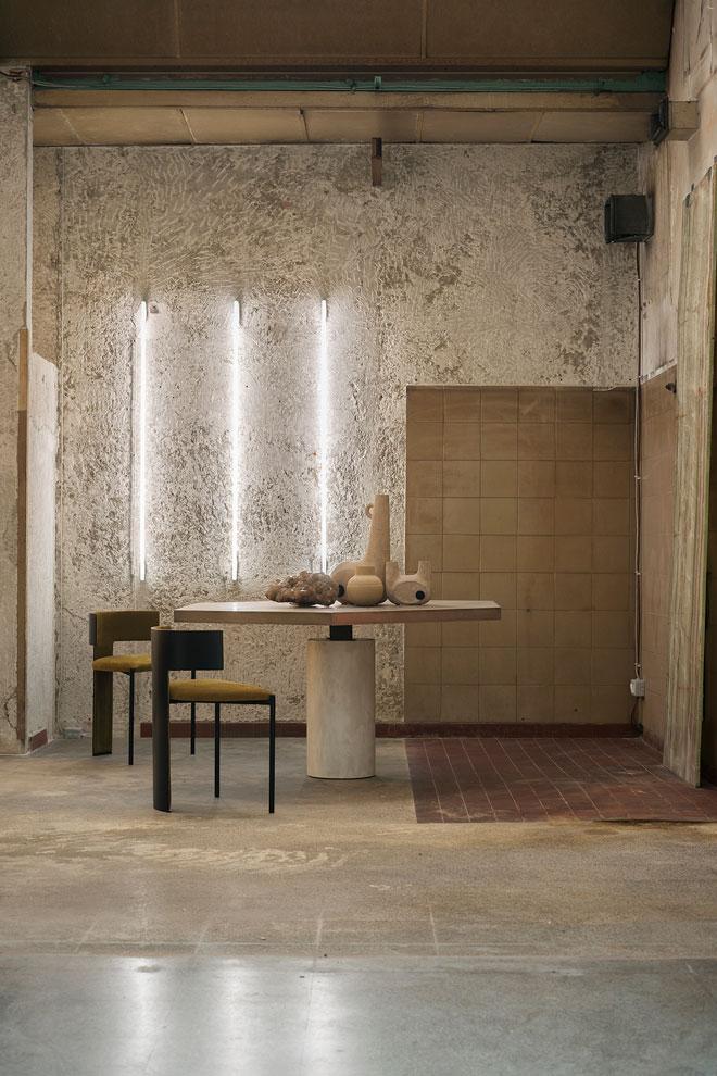 ועוד חיבור. שולחן וכיסאות: Baxter, גליל שיש: Alimonti Milano, תאורת ניאון: Tecnolux, כלי קרמיקה: Faina Collection (צילום: Giuseppe Dinnella©)