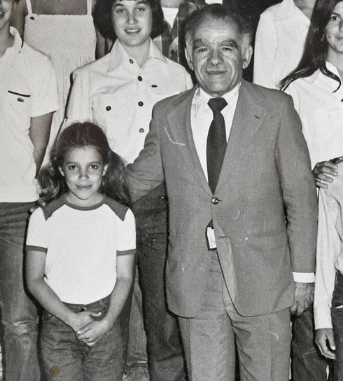 איילת בגיל 9, עם ראש הממשלה, יצחק שמיר. המדליקה הצעירה ביותר  (צילום: אלבום פרטי)