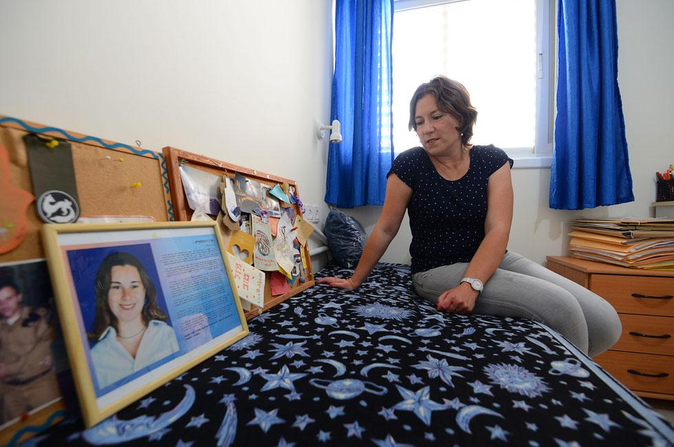 """עידית רוטשטיין בפינת הזיכרון לאחותה בביתה שבאשקלון. """"היה לה בן זוג, שהוא עדיין בקשר עם ההורים שלי"""" (צילום: אבי רוקח)"""