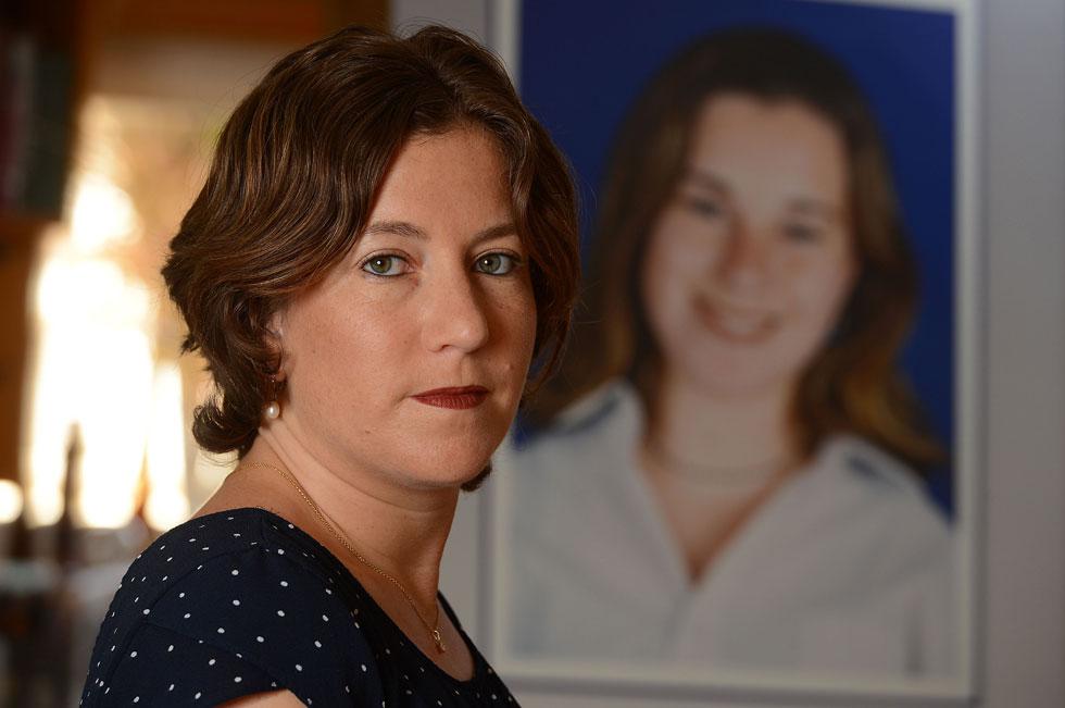 """עידית רוטשטיין על רקע תמונתה של אחותה התאומה קרן ז""""ל. """"חשבתי לקרוא לבת שלי 'קארין', אבל ירדתי מזה"""" (צילום: אבי רוקח)"""