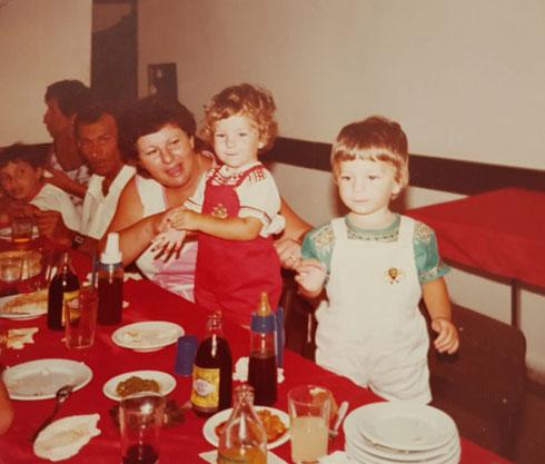 """התאומות רוטשטיין בילדותן. """"היינו ממש חברות טובות, מאוד קרובות"""" (צילום: אלבום פרטי)"""