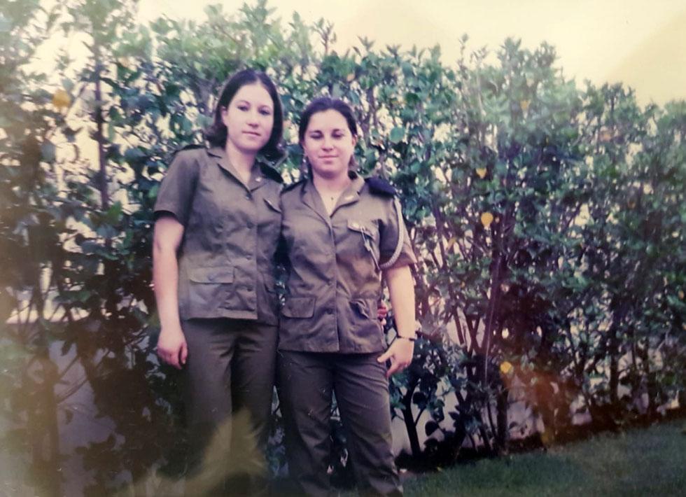 """קרן (משמאל) ועידית רוטשטיין. """"אנחנו תאומות דומות, לא זהות"""" (צילום: אלבום פרטי)"""