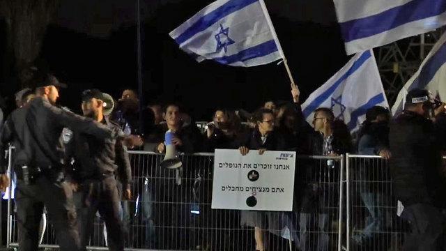 מחאה מול אירוע זיכרון משותף ישראלים ופלסטינים בתל אביב (צילום: שחר גולדשטיין)