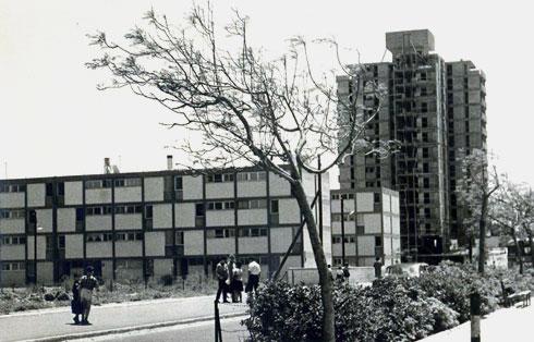 המגדל, החריג בגובהו, בשכונה היפואית שאיתן וישר תכננו (אדריכלים: דן איתן ויצחק ישר)