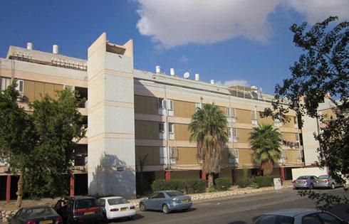 שכונת הניצחון בדימונה. אלף יחידות דיור עם חצרות פנימיות, שמולאו אח''כ בריצוף (אדריכלים: דן איתן ויצחק ישר)