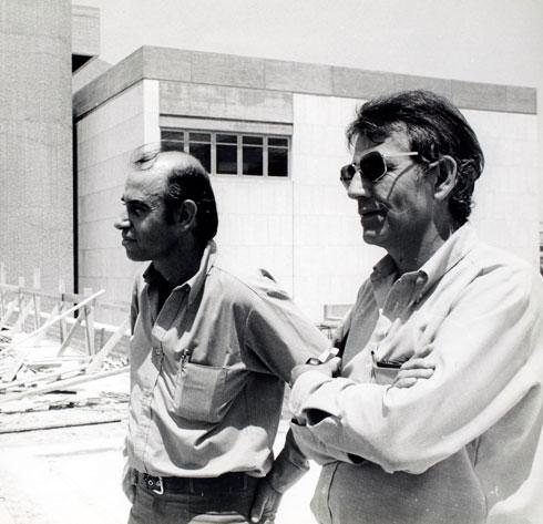 האדריכלים יצחק ישר (מימין) ודן איתן על רקע המוזיאון שתכננו (באדיבות דן איתן)