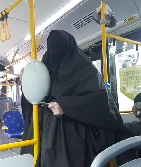 אישה מכוסה רעלה הדוקה בקו 19 בירושלים (צילום: איתי יעקב)