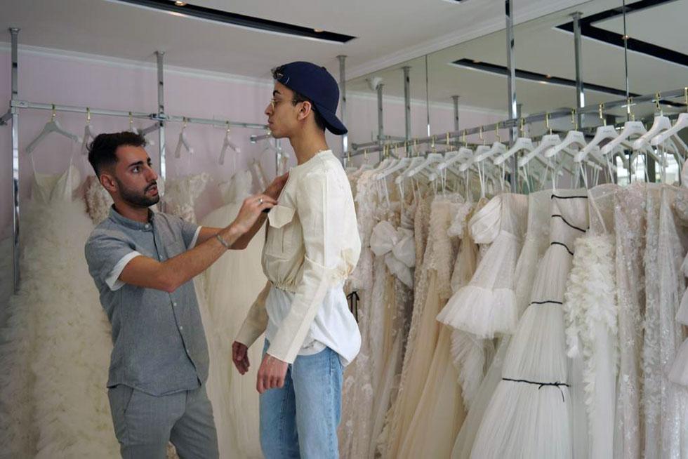 """""""הרגשתי חיבור מיידי לעבודה שלו. לא הרגשתי אגו, אלא דיאלוג. היה איתו תהליך מאוד בריא, קל ונעים"""". בילאל חסאני ודילן פריאנטי במדידות בסטודיו של מעצב האופנה הישראלי"""