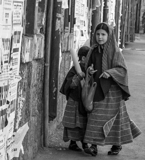 בנות הצניעות היהודיות עוטות רדיד בשכונת מאה שערים בירושלים (צילום: יורם ביברמן)