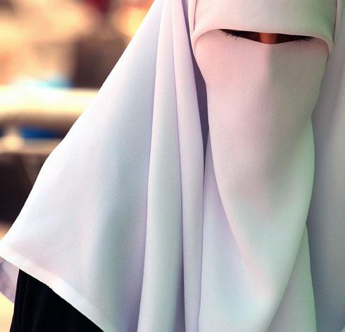 אישה מוסלמית עוטה רעלה עם חריץ צר במיוחד לעיניים. ירושלים העתיקה (צילום: יורם ביברמן)